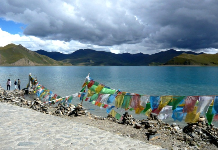 TDLoc 2014 - Tibet - Yamdrok-Co-See - Prayer flags