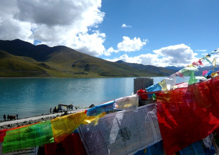 TDLoc  2014 - Tibet - Yamdrok-Co-See. Prayer flags