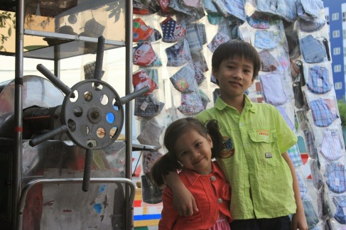 Quận 7, SaiGon - Con 'chủ quán nước mía' đón Tết 2014 - Children of sugar cane juice shop in Vietnam - Photo: vandungsilk