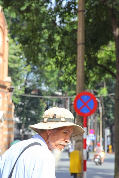Ông lão bán vé số bên hông nhà thờ Đức Bà SaiGon, Hè 2013 - Old man selling lottery tickets at Notre Dame in Saigon, Vietnam - Photo: vandungsilk