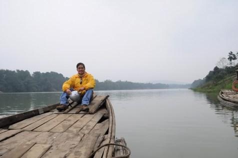 Xuôi theo dòng sông Hương quê mình ra với biển cả mênh mông