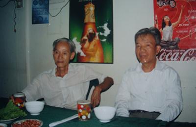 Thầy Hồ Bá Lăng (bên phải) và Thầy Trần Tuyển,  2001