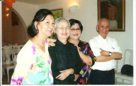 Me Thứ  (thứ nhì từ trái) - Photo: Bích Vân