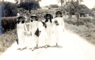 4 cô nữ sinh Đồng Khánh Huế nhà Lê thị Tường Vân đi học về ngõ gần cầu Bến Ngự - ngược phía trên là Nam Giao (năm 1969). (Hình lấy từ Internet)