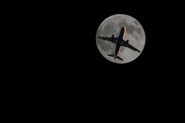 plane&moon_2_r