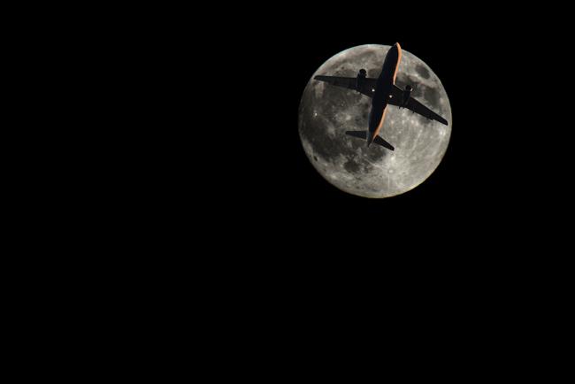 plane&moon_r
